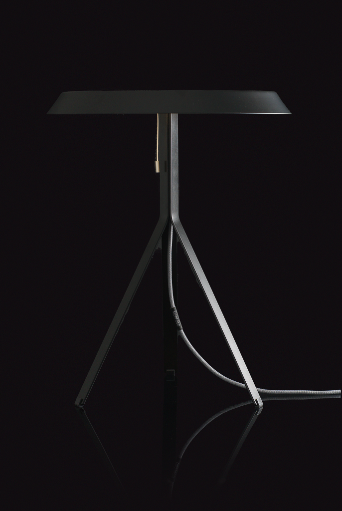 Koenig-Table-Lamp-black-on-black-background-01