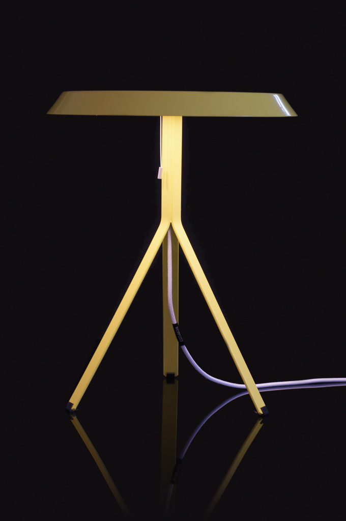 Koenig-Table-Lamp-yellow-on-black-background-02
